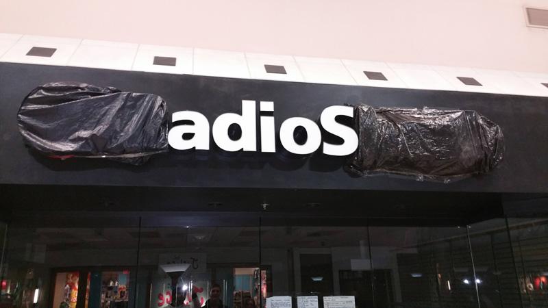 cd9c6945 Сотрудники закрыли несколько букв на вывеске магазина, тем самым  попрощавшись с покупателями.