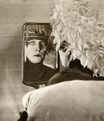 По словам Жоржа СадУля, сюрреалистка Нэнси КьЮнард сбежала от  добропорядочного английского общества подобно ЕЙ. Назовите ЕЕ. 91b7860bba9