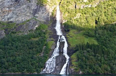 a2fd5ba3b506 Этот водопад расположен в районе Гейрангер-фьорд. По одной из версий, он  вдохновил одного скандинава на создание... Чего?